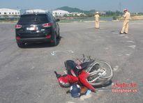 Xe máy tông ô tô, một người nguy kịch