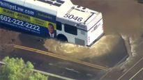 Hố tử thần khổng lồ hút chặt đầu xe buýt giữa phố