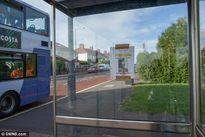 Yêu em từ cái nhìn đầu tiên: Chàng trai dán hình mình khắp bến xe bus với hy vọng tìm được người yêu
