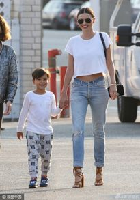 Con trai Miranda Kerr càng lớn càng đẹp trai giống bố