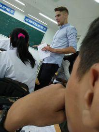 Thầy giáo ngoại quốc điển trai khiến nữ sinh 'mê mệt'