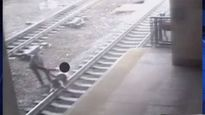 Video cảnh sát cứu người ngay trước mũi tàu hỏa