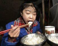 Kỳ lạ cô bé ăn 8 bữa/ngày, 3 cân gạo vẫn gầy Mời độc giả xem video Người đàn ông Nhật có khả năng ăn nhiều kinh khủng. (Nguồn Youtube)