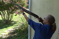 Cụ bà 65 tuổi chỉ 1 phát bắn hạ máy bay drone xâm nhập không phận trái phép