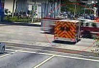 Xe cứu thương 'đối đầu' xe cứu hỏa