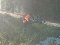 Cãi nhau, vợ chồng mang xe ra đốt để... 'thi gan'