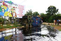 Đắk Lắk: Xe bồn gặp nạn, nhựa đường tràn ra đường