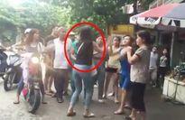 Clip: Nữ sinh cầm dao rượt nhau, đánh cả người lớn