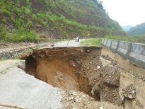 Hố 'tử thần' sâu 10m nuốt gọn Quốc lộ 16