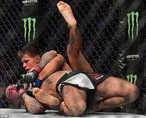 Cựu sao đấu vật biểu diễn thua chóng vánh ngày ra mắt UFC