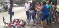Nhóm nữ sinh cấp 3 cầm dao đuổi nhau gây náo loạn trước cổng trường