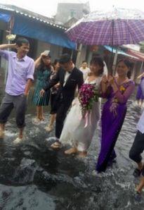 Đám cưới ngập trong lụt lội của cặp đôi 9X ở Hải Dương