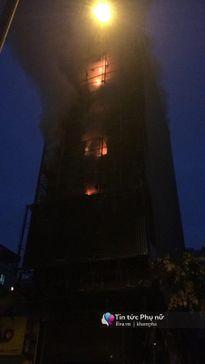 Cháy lớn tại quán karaoke 7 tầng trên phố Nguyễn Khang