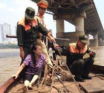 CSGT kịp thời cứu sống phụ nữ nhảy cầu Chương Dương tự tử