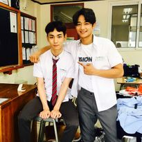 Sao Hàn 20/9: Krystal bị photoshop không nhận ra, Na Eun hững hờ vai áo gợi cảm