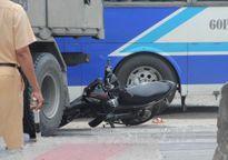 Ô tô tông nát xe máy, 2 người bị thương nặng