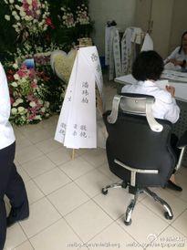 Đám tang Kiều Nhậm Lương ngập tràn hoa hồng trong nhà tang lễ