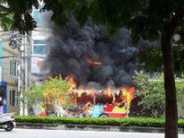 Xe buýt cháy ngùn ngụt giữa Thủ đô, hàng chục hành khách tháo chạy