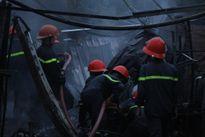 4 tiệm tạp hóa ở làng Đại học Thủ Đức bốc cháy dữ dội