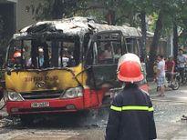 Xe buýt bốc cháy ngùn ngụt trên đường Hà Nội