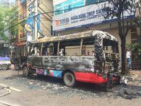 Hà Nội: Xe bus cháy đen trên đường Lạc Long Quân
