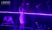 Quán quân X-Factor Minh Như uống bia, nhún nhảy trong bar