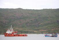 Tàu cá cùng 5 ngư dân gặp nạn trên biển đang được lai dắt vào bờ