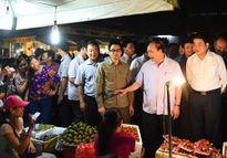 Thủ tướng thị sát chợ đầu mối Long Biên và làm việc với lãnh đạo Hà Nội về an toàn thực phẩm