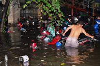 Mưa cực lớn ở Sài Gòn, hơn 1.000 xe máy bị nhấn chìm