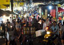 """Thủ tướng bất ngờ """"đi chợ"""" Long Biên lúc sáng sớm"""