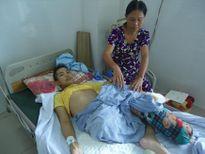 Xót xa vợ chồng già 7 năm ròng cõng con đi chữa bệnh