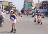 Dàn PG bầu giả hở hang trượt patin trên đường HN gây sốc