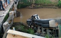 Xe đầu kéo tông nát thành cầu rơi xuống suối, tài xế thoát chết