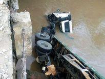 Xe đầu kéo lao xuống suối, tài xế may mắn thoát chết