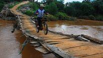 Lại lo rớt sông vì cầu tạm mùa lũ