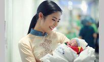 Người mẫu Hồng Quế hạnh phúc đón con gái chào đời