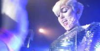 Nhiều người sốc vì fancam Miley cho fan sờ chỗ kín trong concert