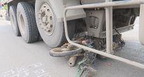 Người phụ nữ bị xe tải kéo lê dưới gầm xe tải gần 30 mét