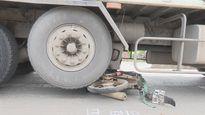 Xe tải kéo lê xe máy 30 mét, nạn nhân thoát chết trong gang tấc