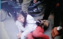 [video] Nữ 'cẩu tặc' bị đeo chó chết vào cổ