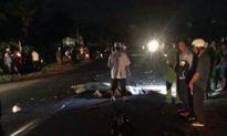 Xe máy vượt ẩu lao gầm xe tải, 4 người thương vong