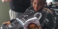 Đọc sách ở tiệm cắt tóc, trẻ được giảm giá 2 đôla