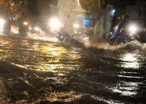 Triều cường kết hợp mưa lớn, nhiều phương tiện giao thông biến thành 'tàu ngầm'