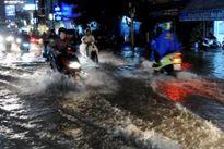 Thành phố Hồ Chí Minh: Nhiều tuyến đường bị ngập do mưa lớn kết hợp triều cường