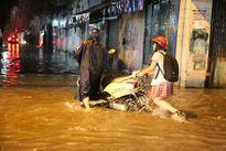 Người dân TPHCM bơ phờ vì mưa kết hợp triều cường gây ngập nặng