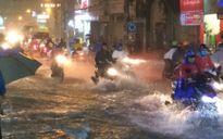 Nước chảy như thác đổ trên nhiều tuyến phố Sài Gòn