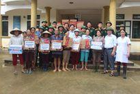 Bệnh viện QK4 và BĐBP Hà Tĩnh giúp bà con vùng lũ Hương Khê