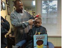 Tiệm cắt tóc giảm giá nếu trẻ vừa cắt tóc vừa đọc sách