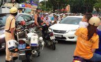 Khách Tây chặn ôtô đi ngược chiều trên phố, CSGT cho xe đi vì sợ tắc đường