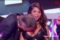 Nam MC bất ngờ hôn ngực người mẫu trên truyền hình